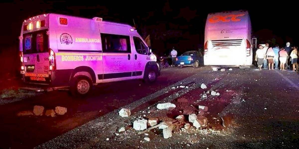 Autobús casi arrolla a manifestantes al cruzar bloqueo en Juchitán
