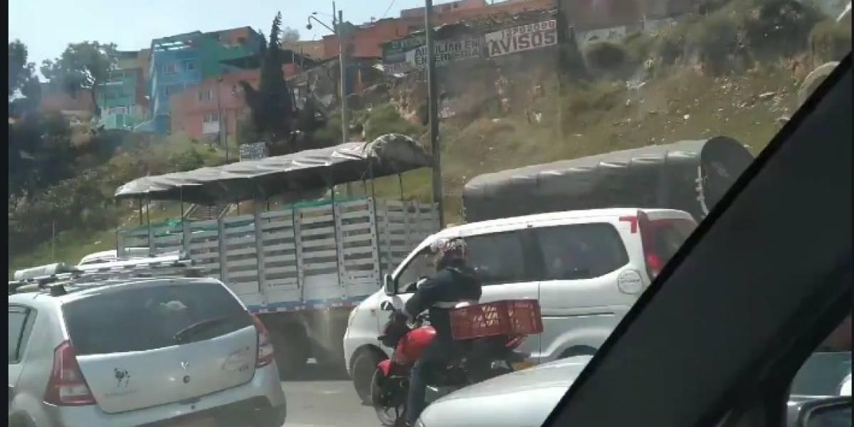 Bloqueos de camioneros contra alerta ambiental cierran varias vías de Bogotá