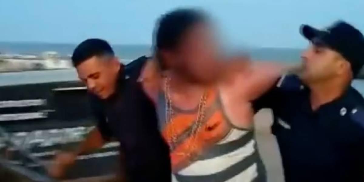 Padres entierran a su hija de dos años en la arena de la playa para poder bañarse