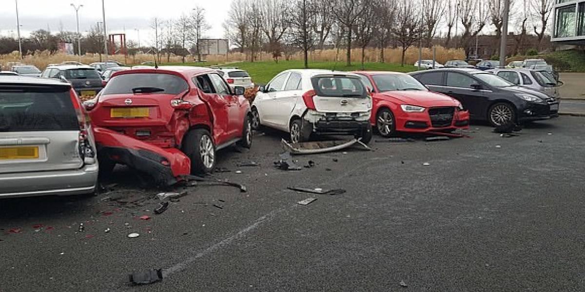Mujer sale de entrenar del gym, ¡y misteriosamente destruye cuatro autos en el estacionamiento!