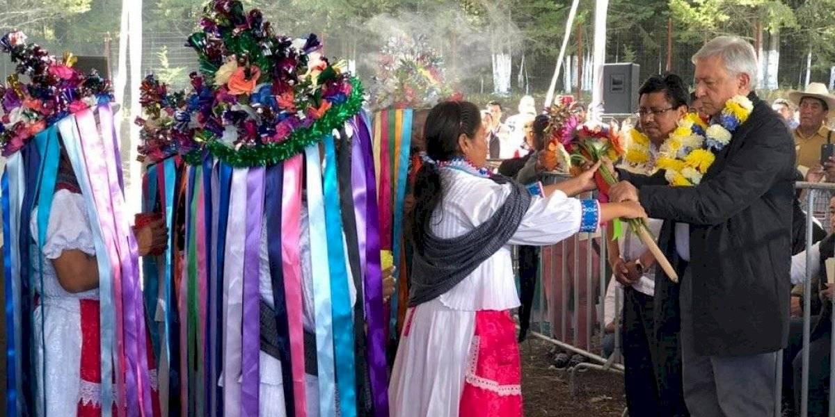 AMLO pide a indígenas no avergonzarse de su origen