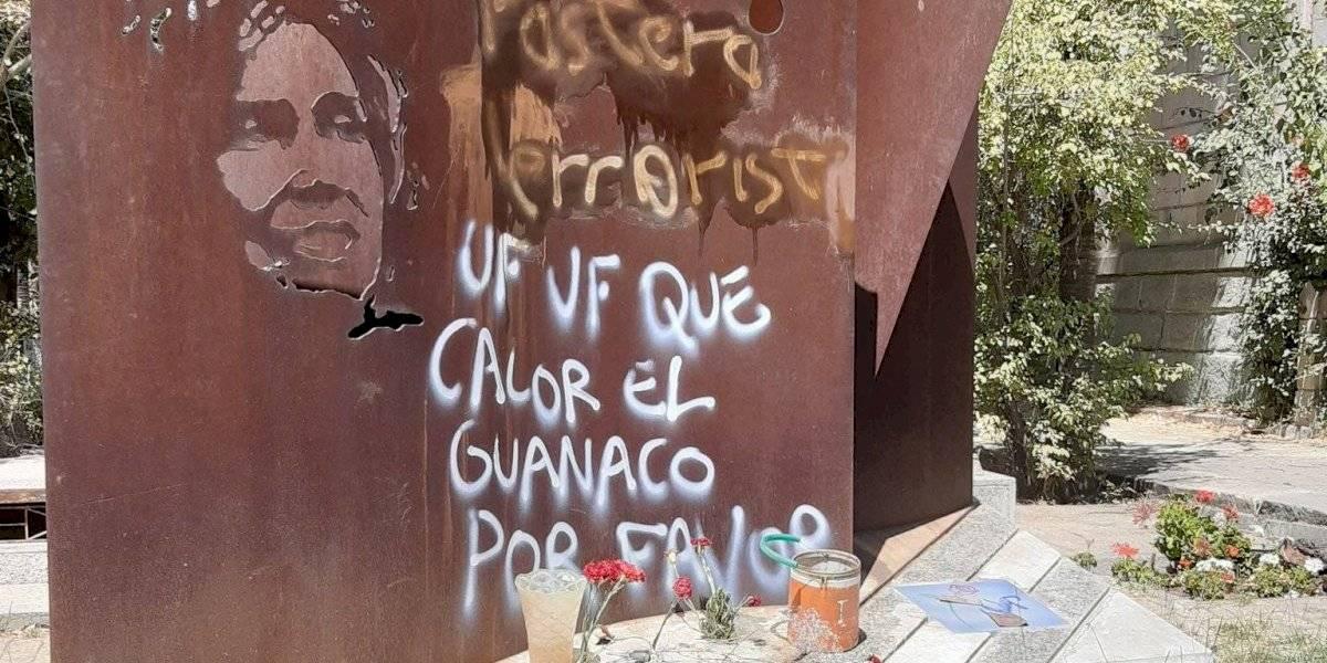 Espantoso: profanan con rayados la tumba de Gladys Marín en el Cementerio General