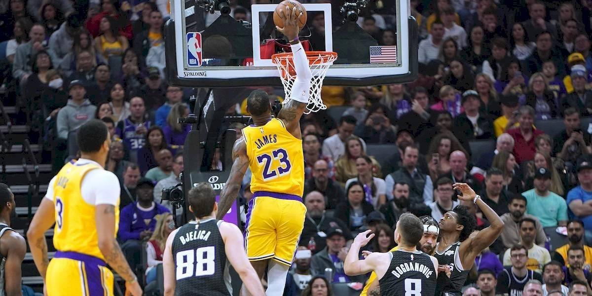 VIDEO: LeBron James recrea anotación de Kobe Bryant en 2001