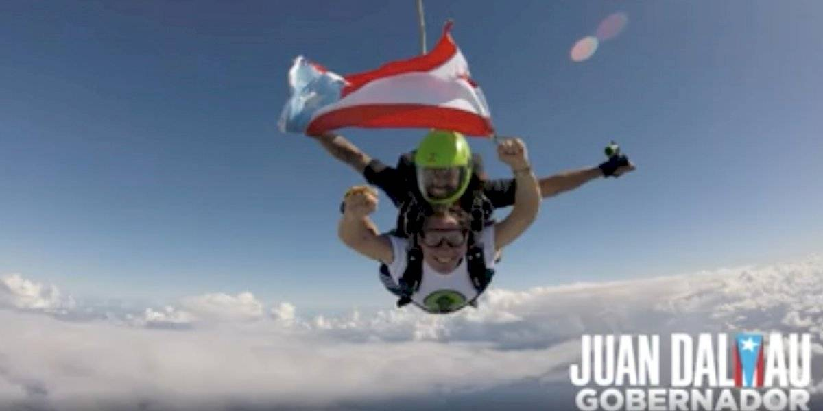 Juan Dalmau saca la bandera puertorriqueña al tirarse de paracaídas