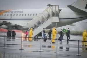 Brasileños repatriados desde China aterrizaron en su país y estarán en cuarentena
