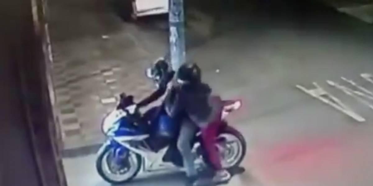 A golpes tuvieron que defenderse madre e hijo de delincuentes en moto que intentaron robarlos