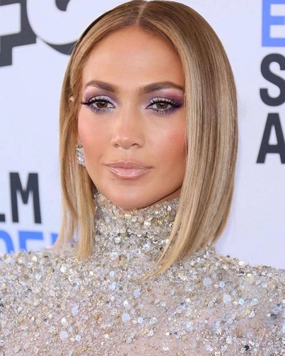 Jennifer Lopez surprised with a new look, according to the representation in the Super Bowl