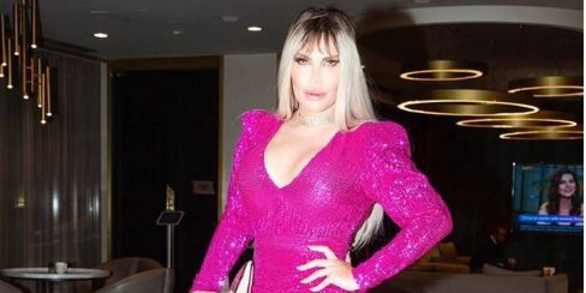 """""""Ken humano"""" que ahora luce como """"Barbie"""" sorprende al vestir un ajustado vestido rojo para una cena en Londres"""