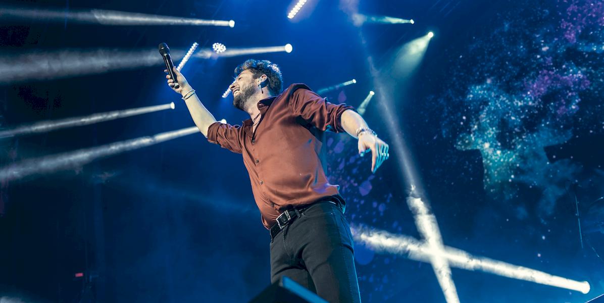 Ovacionan a Manuel Carrasco en concierto de la Ciudad de México
