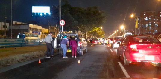 ¡Pilas! Puntillas en vía de Bogotá deja múltiples carros pinchados