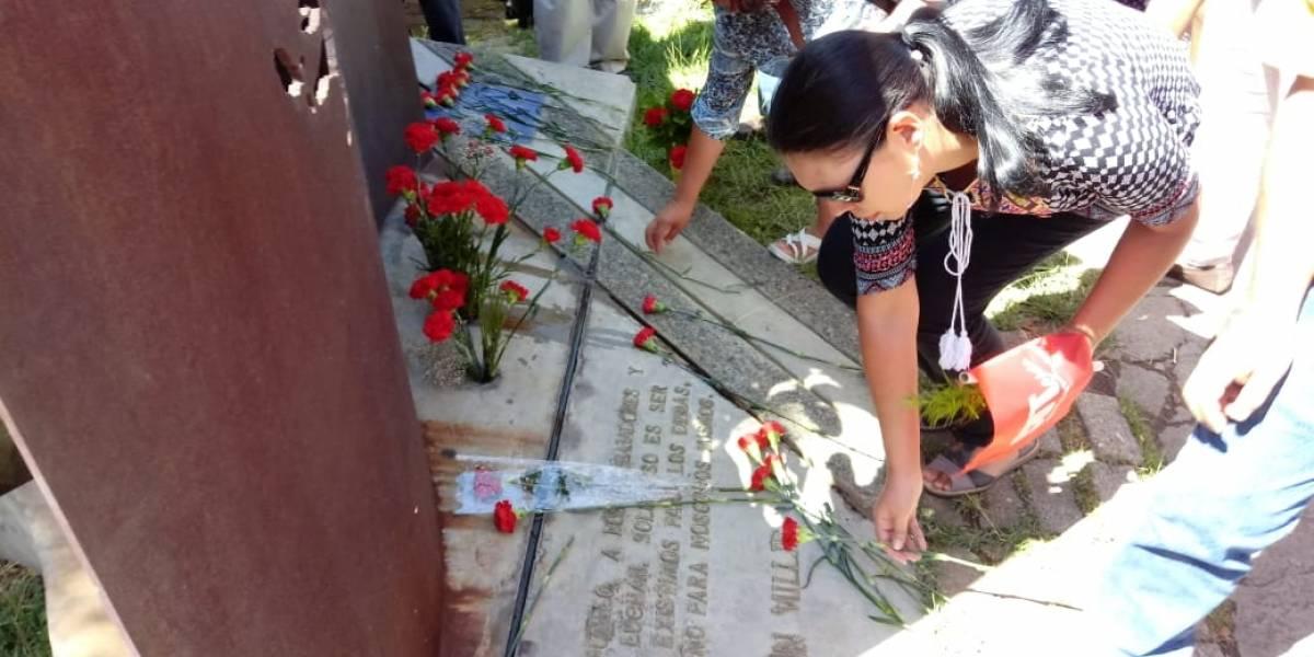"""""""Aunque lo rayen mil veces, mil veces lo vamos a limpiar"""": El sentido desagravio a Gladys Marín en su profanado memorial"""