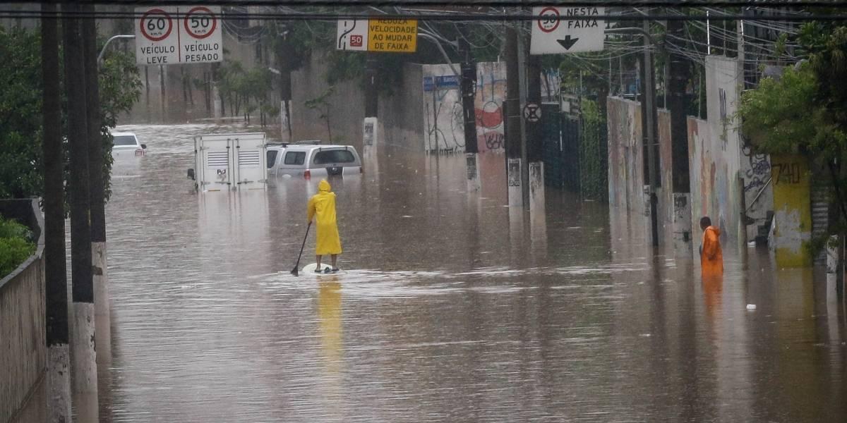 Carros abandonados em São Paulo após chuva devem ser removidos pelos donos