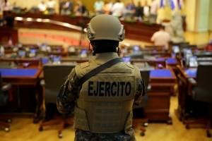 Crisis en El Salvador: Militarizan el Congreso y presidente anuncia ultimátum