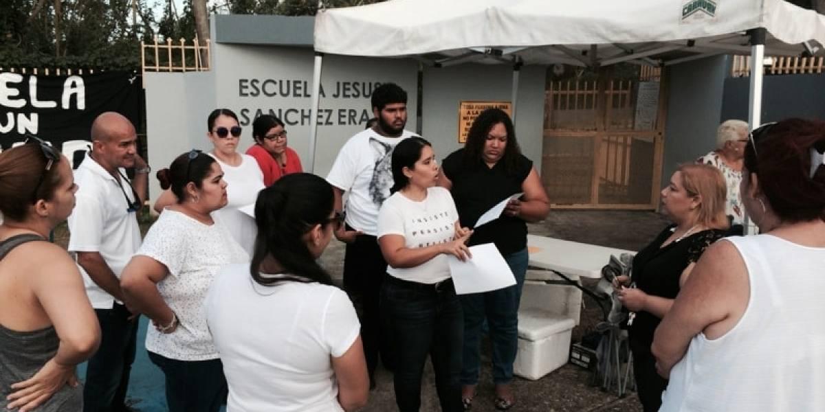 Padres y madres protestan por estado de plantel en Bayamón