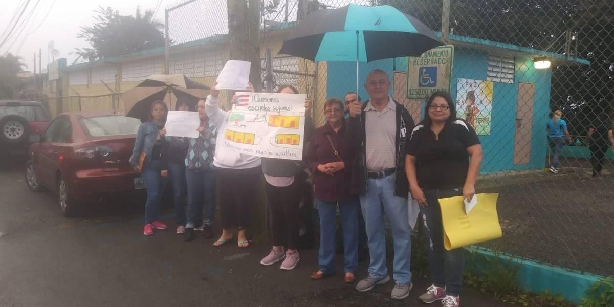 Padres se oponen a la reapertura de escuela en Naranjito
