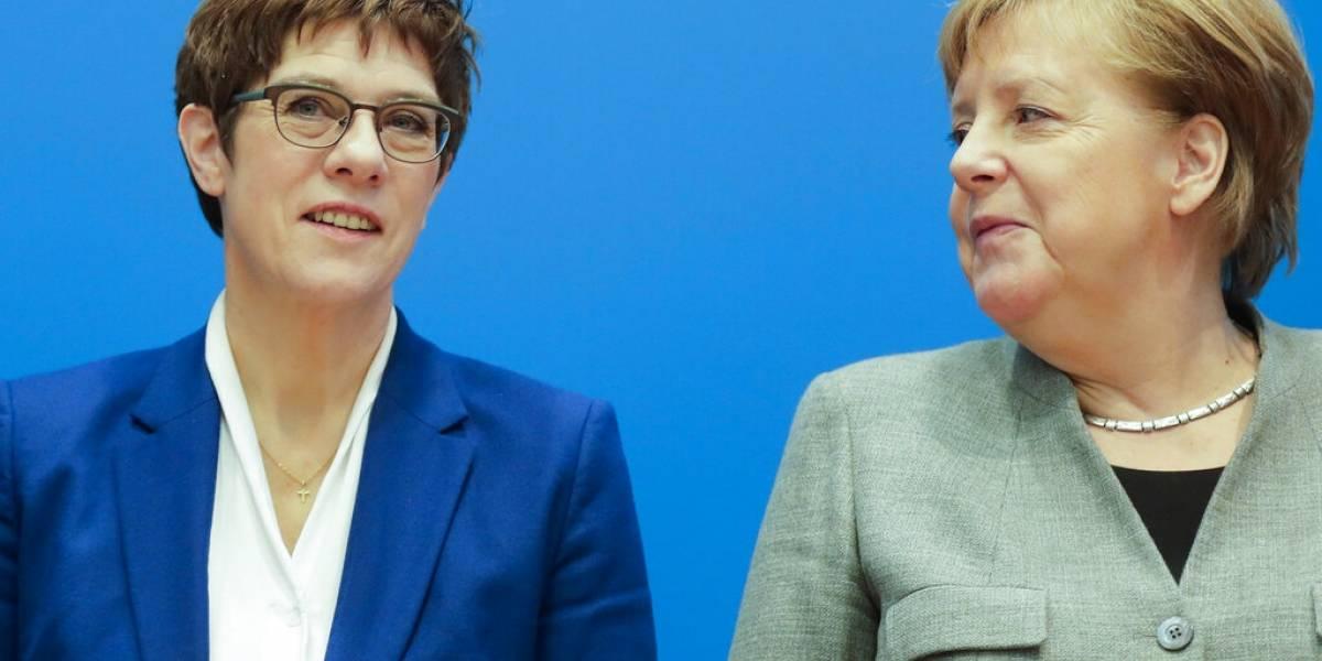 Renuncia la sucesora de Merkel tras polémica sobre ultraderecha