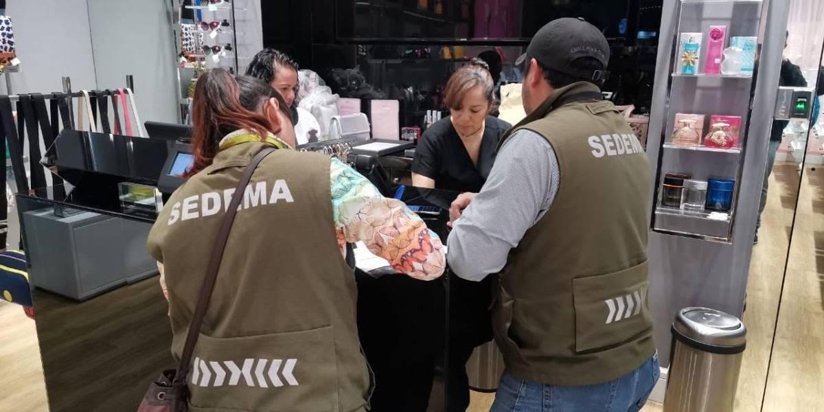 Sedema amonesta a 41 tiendas por entregar bolsas de plástico