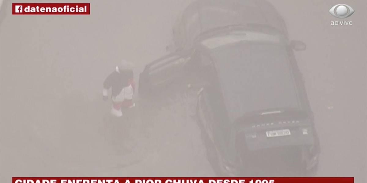 Criminosos se aproveitam da chuva para saquear carros