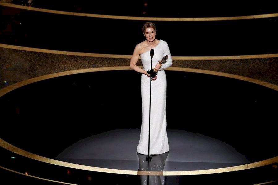 Renee Zelllweger acepta el Oscar por la actuación de una actriz en un papel principal para