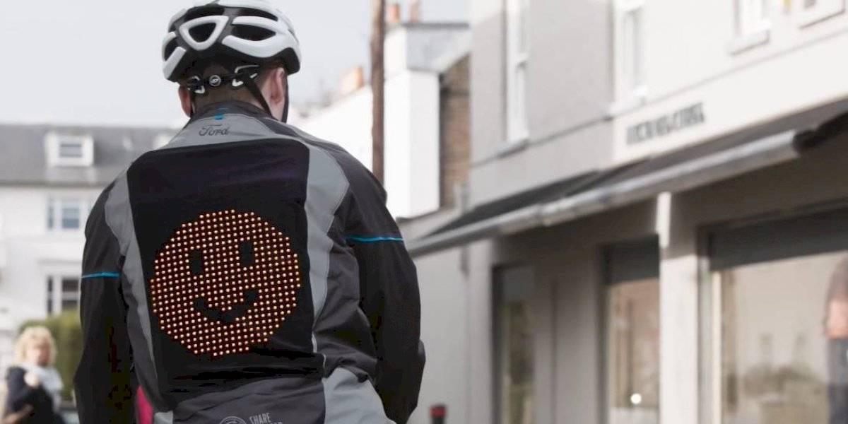 Ford presenta chaqueta con emojis para mejorar la comunicación entre ciclistas y conductores