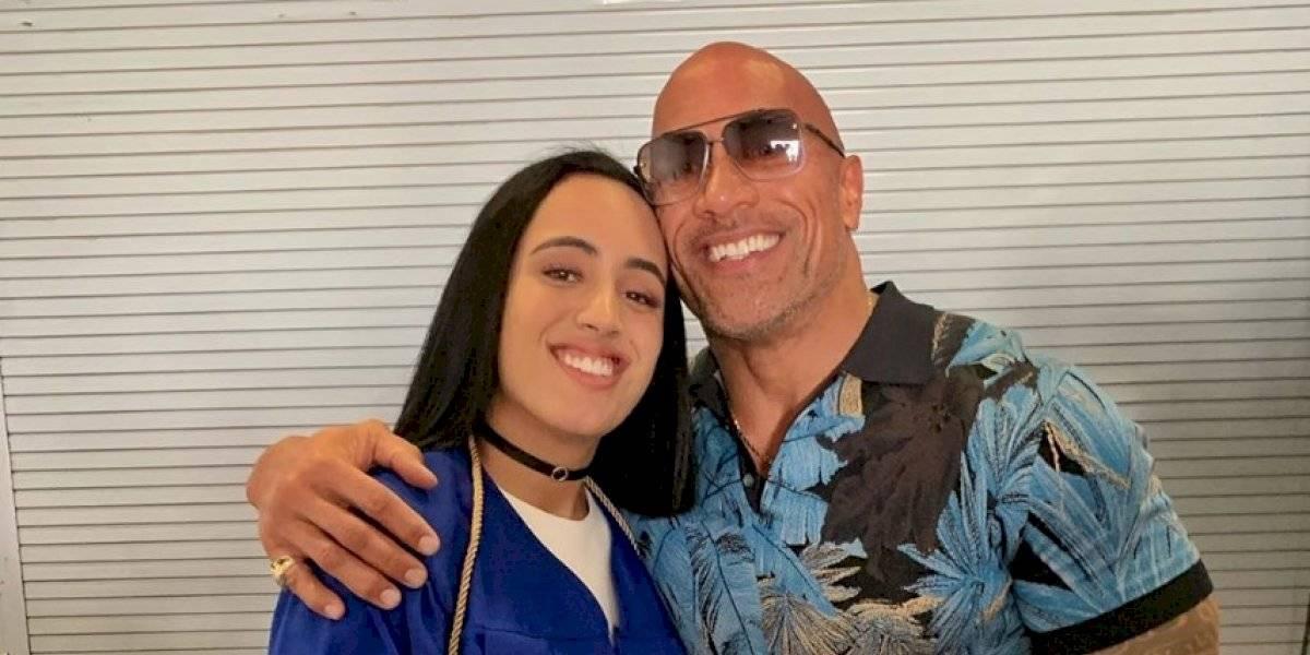 Hija de La Roca firma con la WWE y es presentada en el Performance Center