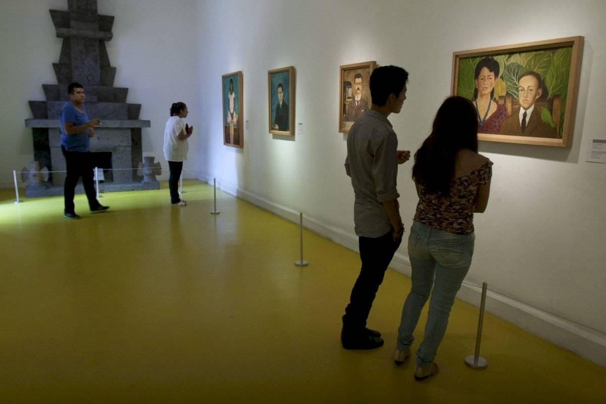 Pareja de jóvenes mientras observan una obra de arte en la CDMX.