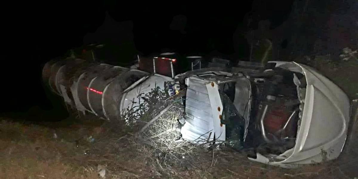 Vuelca pipa de Pemex cargada de gasolina en Oaxaca