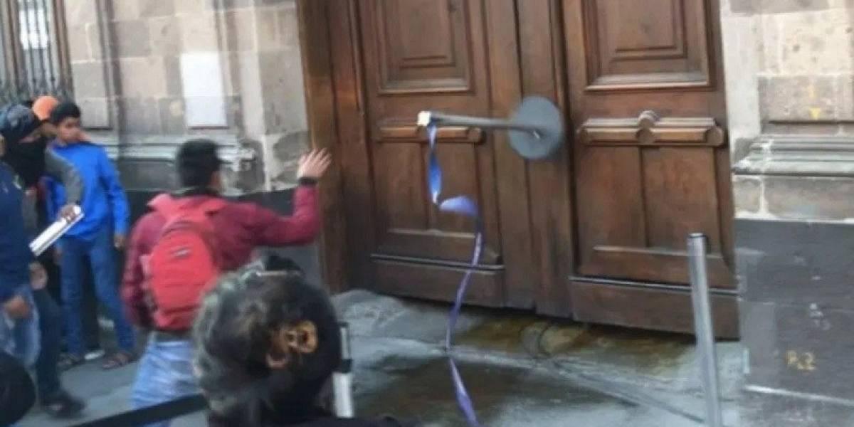 La puerta del Palacio Nacional fue dañada por normalistas