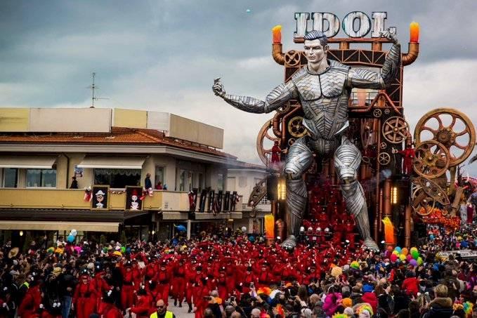 La carroza en honor a Cristiano Ronaldo en el Carnaval de Viareggio