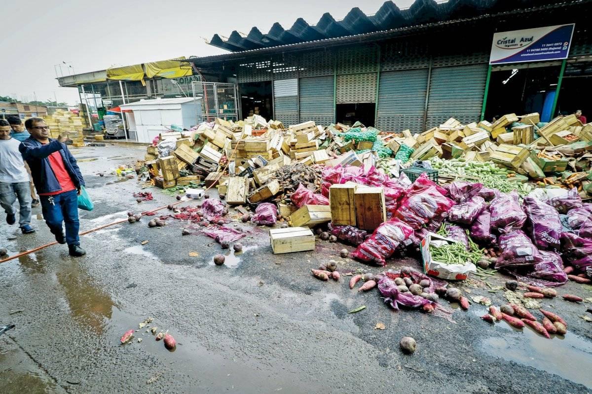 Alimentos descartados na Ceagesp por terem se contaminado na enchente