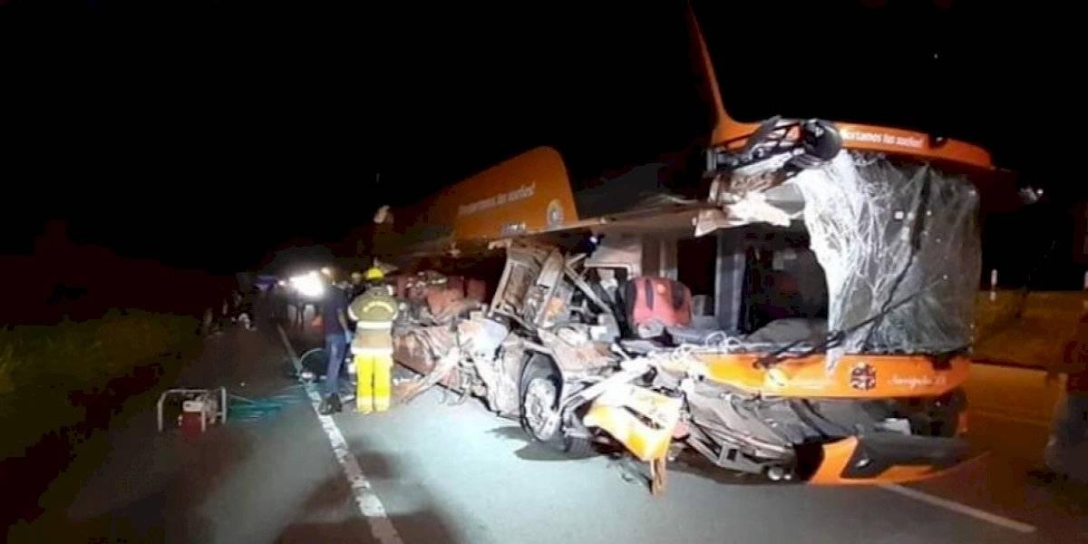 Dos fallecidos en accidente de bus interprovincial, los conductores huyeron