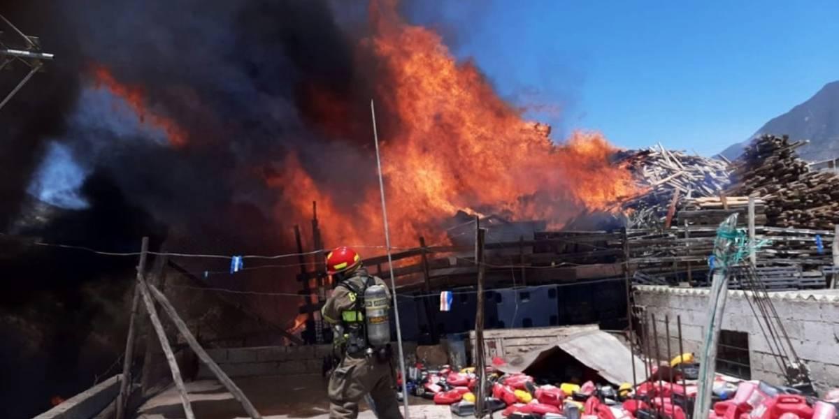 Quito: Imágenes del incendio en depósito de madera en San Antonio de Pichincha