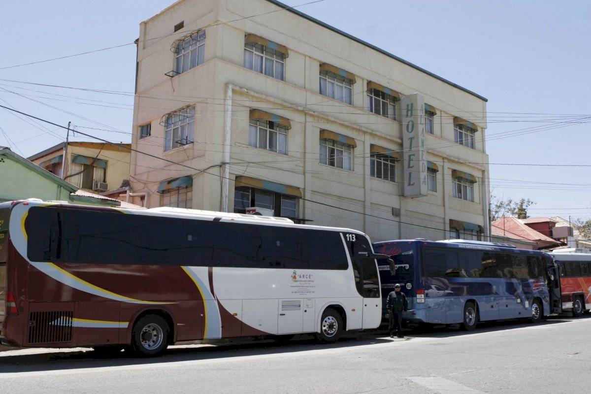 Autobuses estacionados bajo el sol de Sonora.