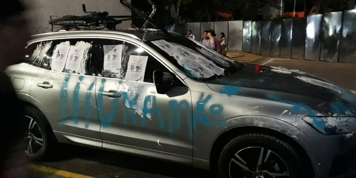 (Foto) Denuncian abuso de profesor de universidad y rayan carro de rector por no despedirlo