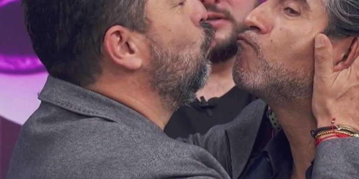 """Raúl Araiza y el """"Borrego"""" Nava protagonizaron un beso en el programa Hoy en vivo"""