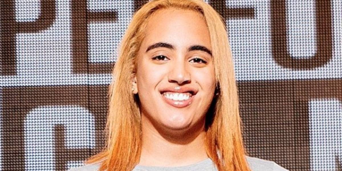 Celebra 'The Rock' que su hija firme contrato con la WWE