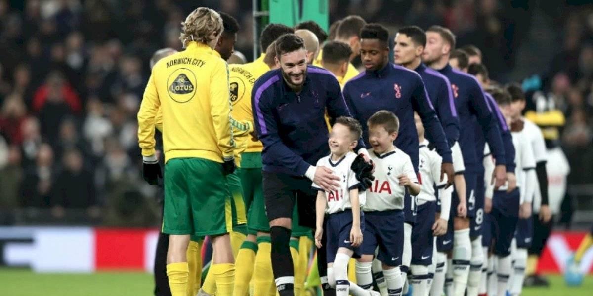 Critican a la Premier League por cobrar a padres de niños que acompañan a jugadores