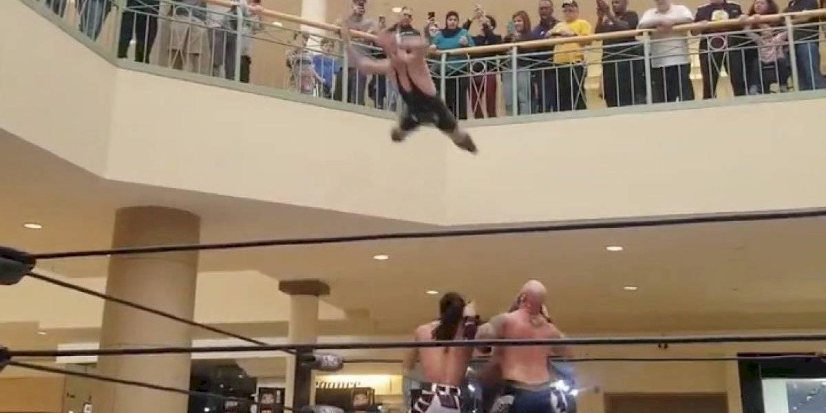 Luchador se lanza desde primer piso de centro comercial y se hace viral