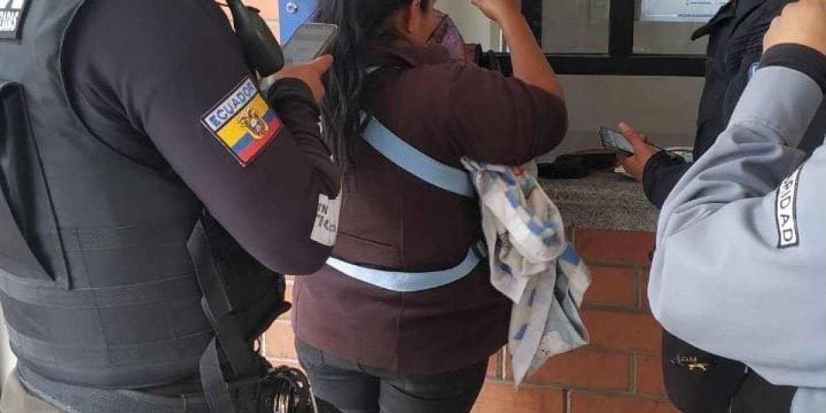 Quito: Mujer utilizaba muñeco para pedir dinero en Ecovía