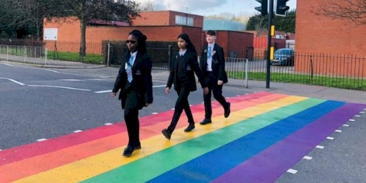 """Escuela puso un """"paso de cebra"""" y recibieron cientos de mensajes homófobos"""