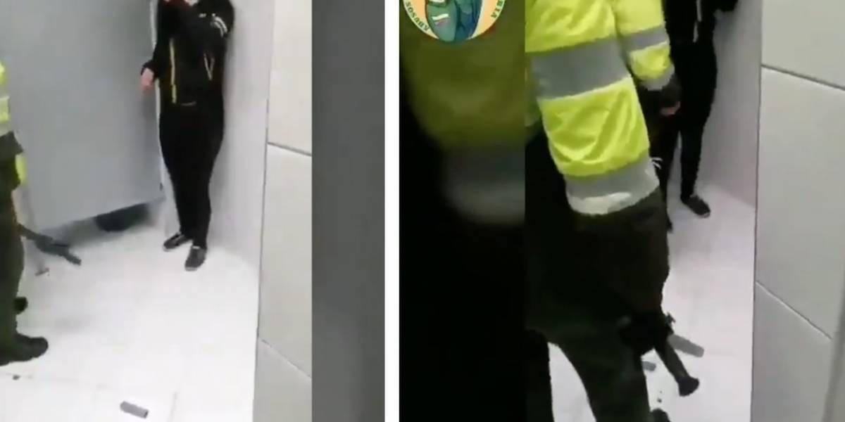 (VIDEO) Policías torturan a estudiante en el baño de un portal de TransMilenio