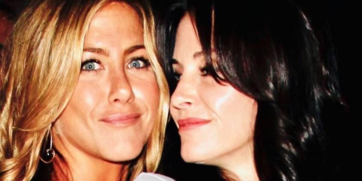 Courteney Cox se 'disfraza' como Jennifer Aniston para desearle feliz cumpleaños