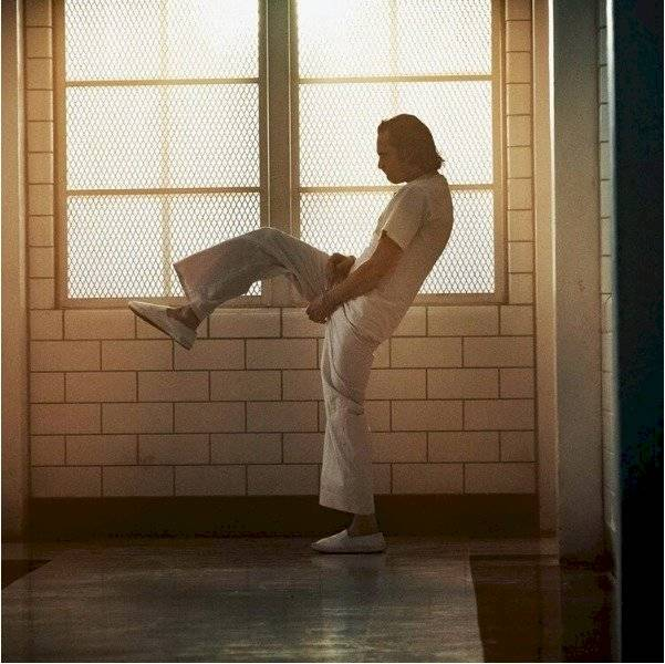 Joaquin Phoenix bailando en su papel de Arthur Fleck (Joker)