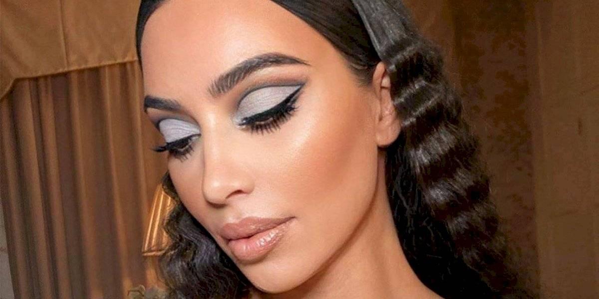 Kim Kardashian pinta o cabelo com o loiro que é tendência entre mulheres de pele morena