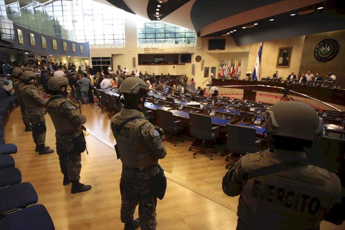 Militares y policías presionando a la Asamblea a tomar una decisión.