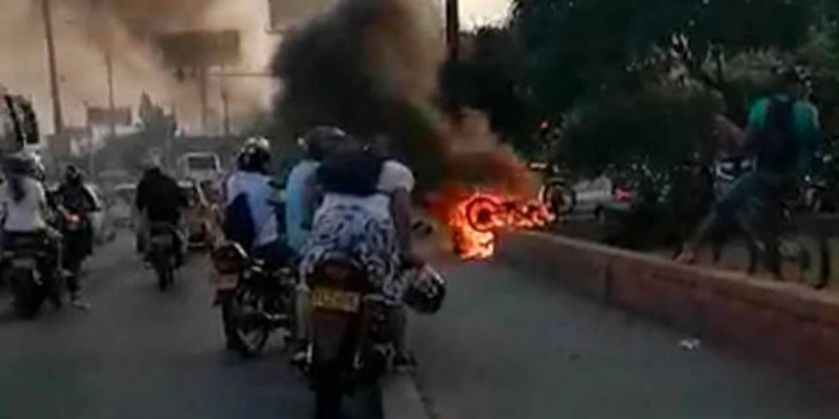 (Video) Golpearon con palos a ladrón y le quemaron la moto en plena autopista en Cali