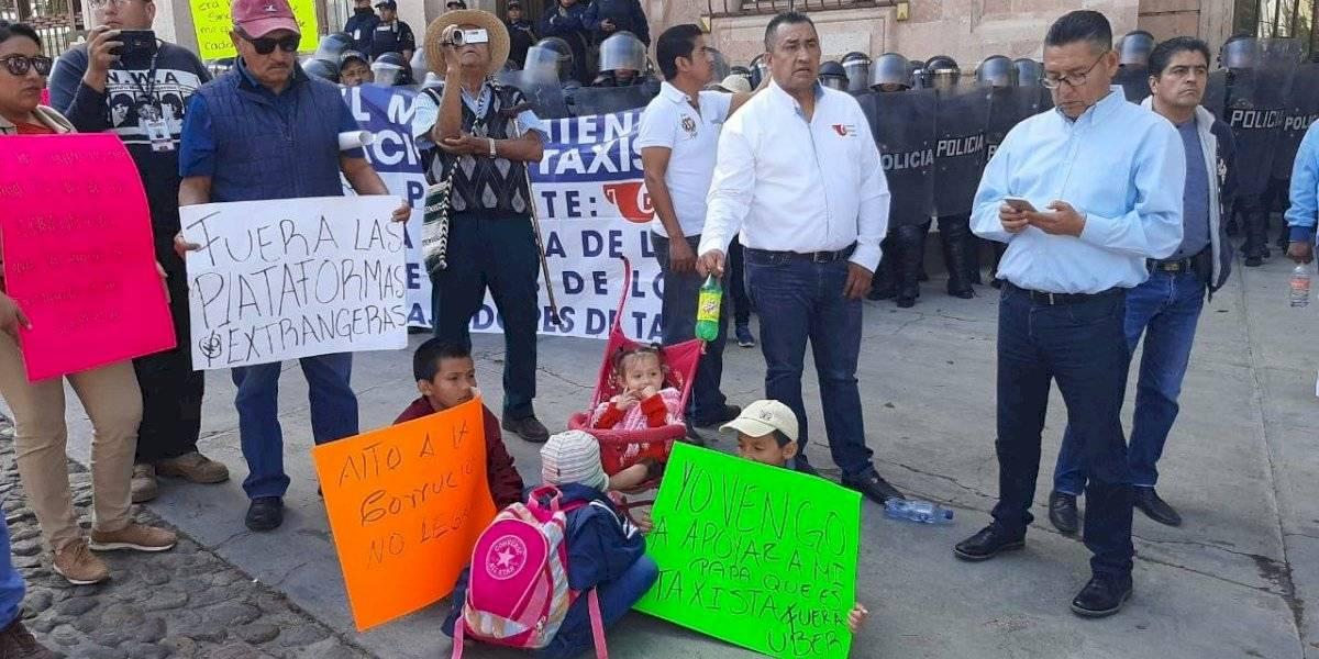 Caminando y con niños, se manifiestan taxistas contra Uber en Guanajuato