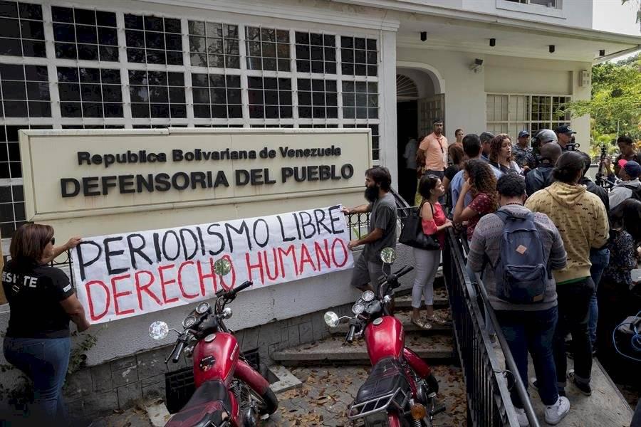 Trabajadores de la prensa participan de una manifestación contra agresiones a periodistas, fotógrafos y camarógrafos, este jueves EFE/ Rayner Peña R.