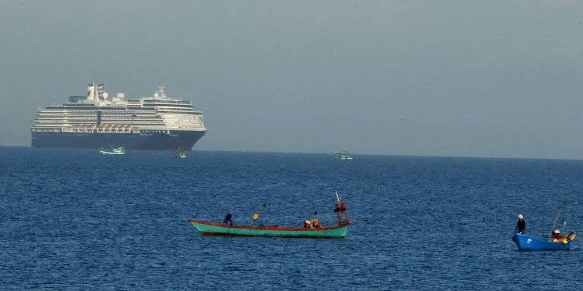 Crucero en cuarentena ancla frente a Camboya