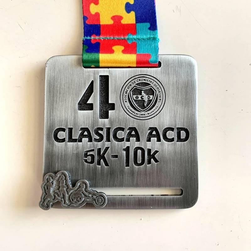 Foto @GuatemalaAcd   Esta es la medalla conmemorativa de la carrera 40 de ACD